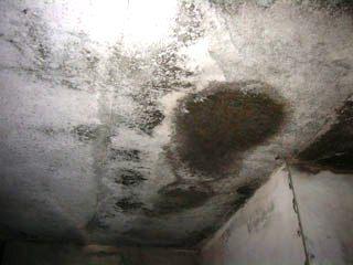 Следы сквозных протечек в бетоне